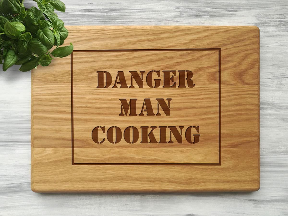Разделочная кухонная доска «Danger man cooking»