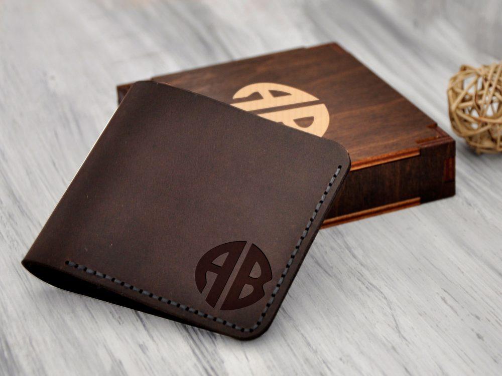 Кожаный кошелек с персональной гравировкой