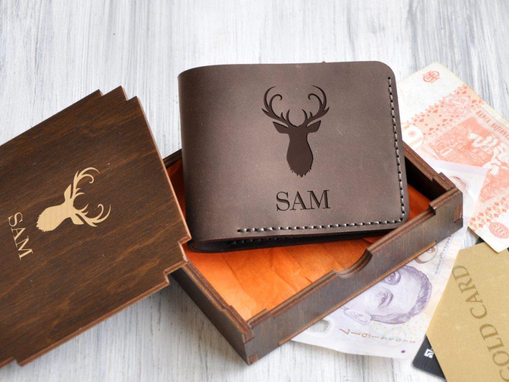 Кожаный кошелек для мужчин с именной гравировкой и дизайнерским изображением