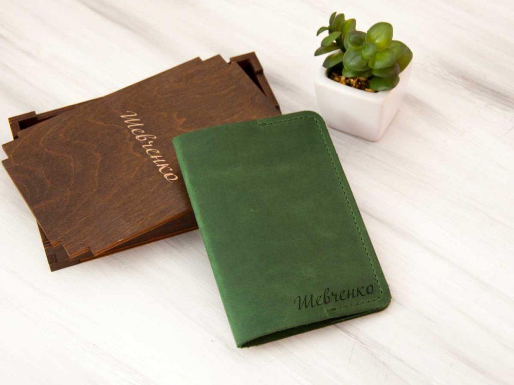 Обложка на паспорта из натуральной кожи с индивидуальной гравировкой