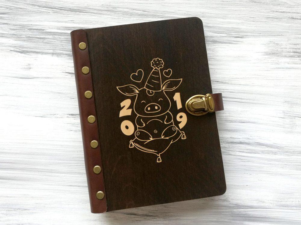 Блокнот-ежедневник в деревянной обложке «Свинка»