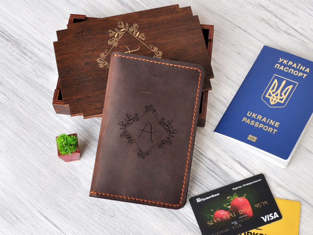 Женский кожаный тревел-кейс с гравировкой «Цветы», подарок маме, девушке, коллеге