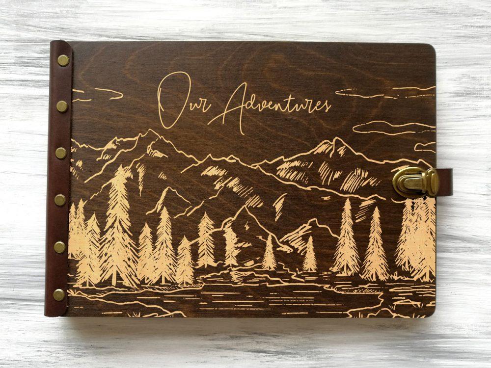 Подарочная фотокнига с магнитными листами и персонализированной гравировкой «Let the adventures begin» в деревянной обложке