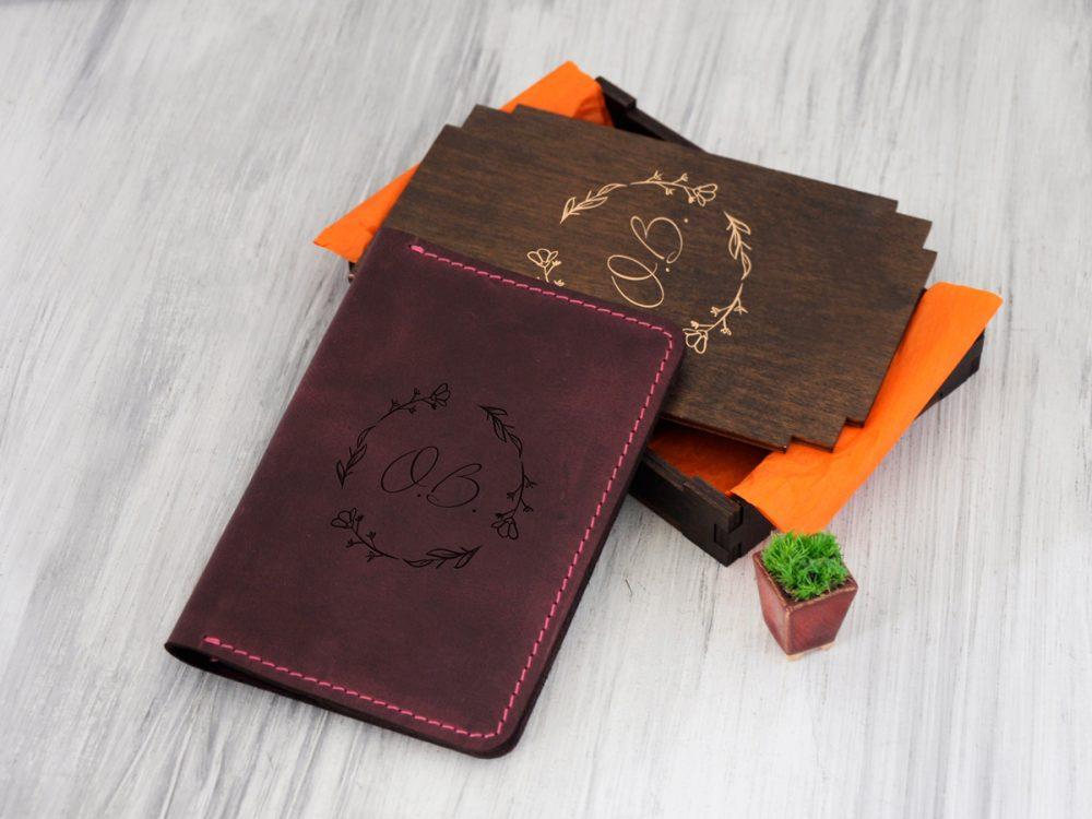 Кожаный органайзер для путешествий «Инициалы» в деревянной подарочной коробке в подарок девушке