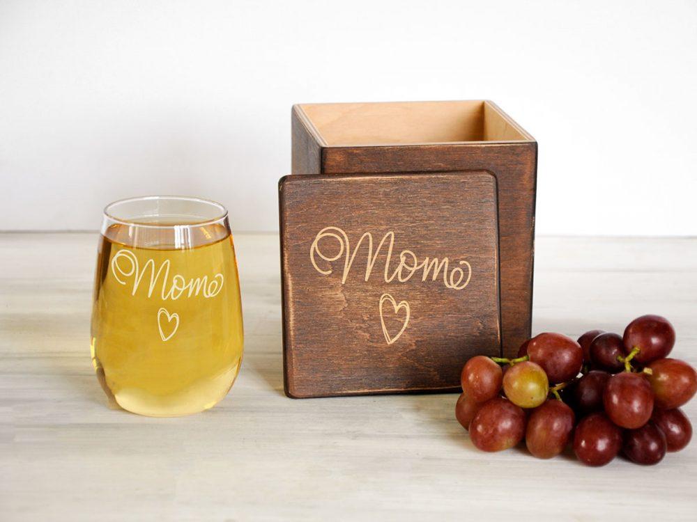 Оригинальный винный стакан с гравировкой Mom в подарочной деревянной коробке, уникальный подарок для мамы.