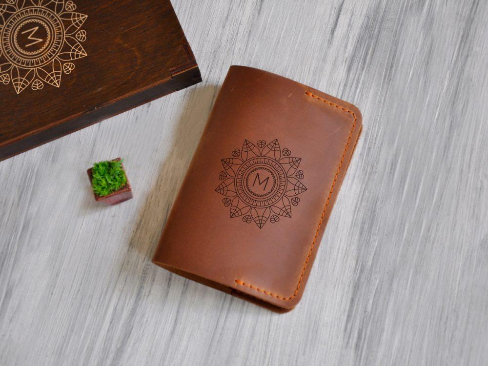 Кожаная обложка для документов с гравировкой «Мандала» в подарочной деревянной коробке