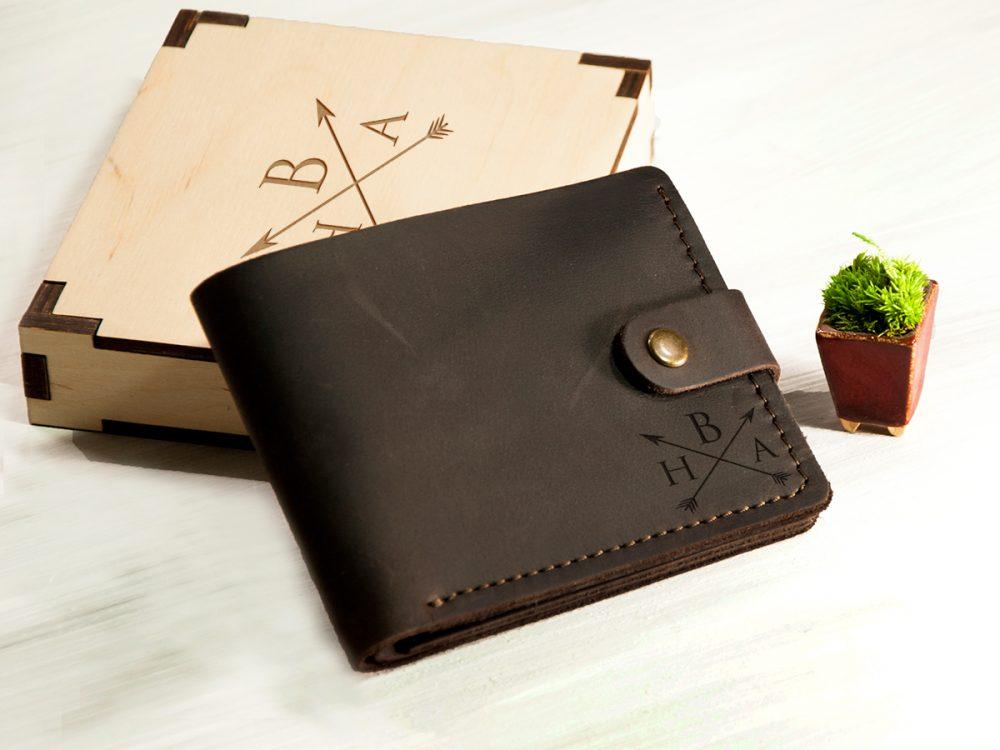 Мужской кошелек из натуральной кожи с отделением для прав или ID паспорта и персональной гравировкой