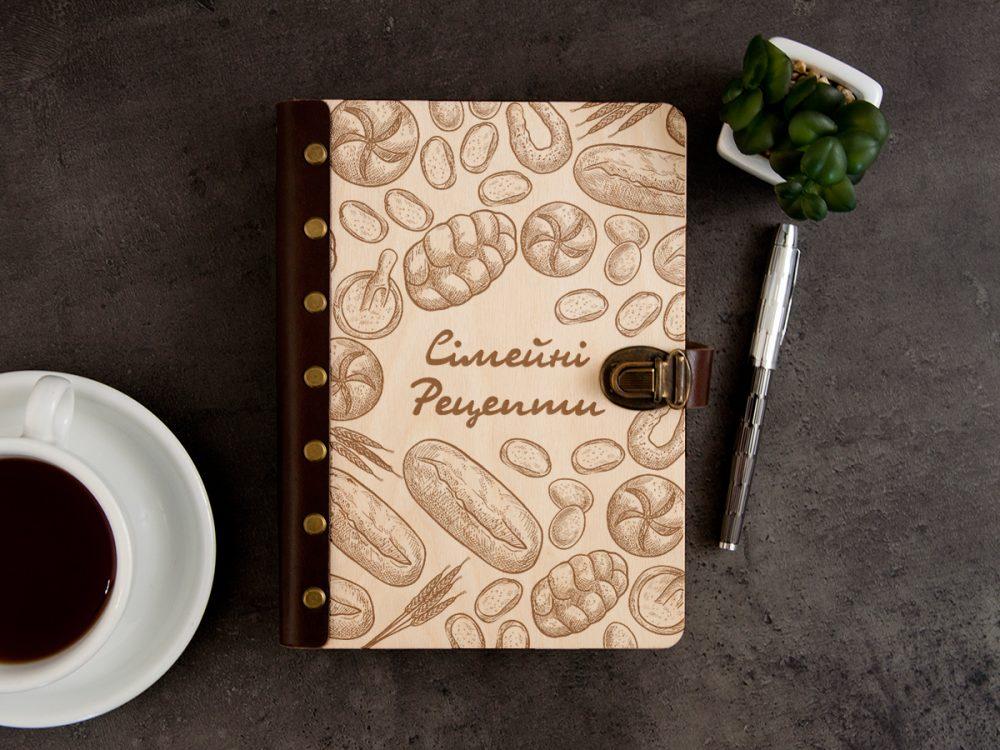 """Книга кулинарных рецептов в деревянной обложке """"Семейные рецепты"""""""