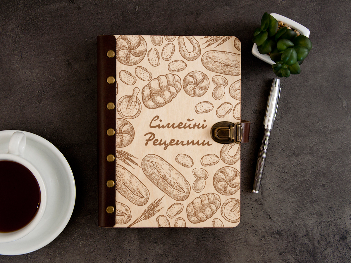 Книга  кулинарных рецептов в деревянной обложке «Семейные рецепты»