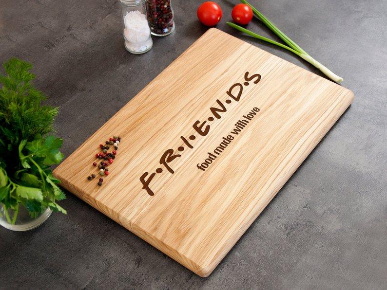 Деревянная разделочная доска для кухни «F.R.I.E.N.D.S»