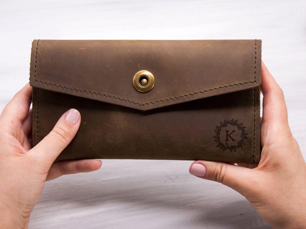 Женский кожаный кошелек-клатч с персональной гравировкой