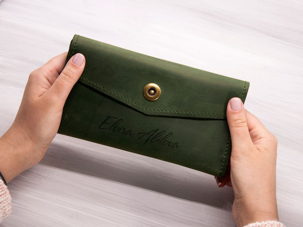 Кожаное женское портмоне с отделением для телефона и персональной гравировкой