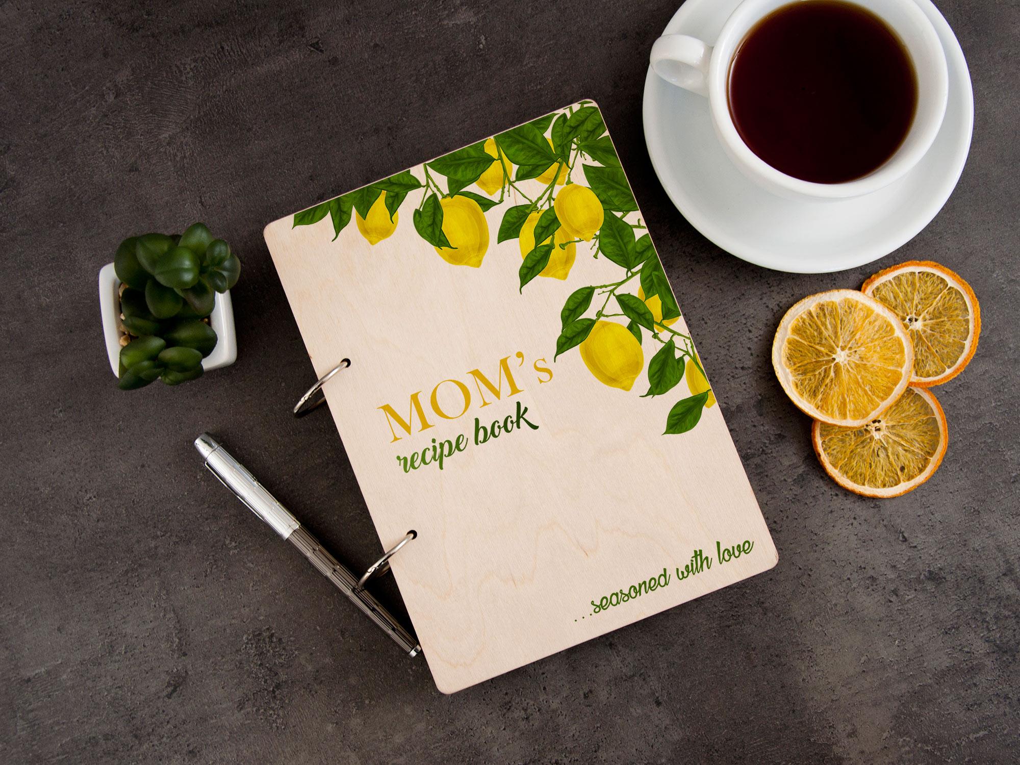 Книга для записей рецептов в деревянной обложке с лимонами