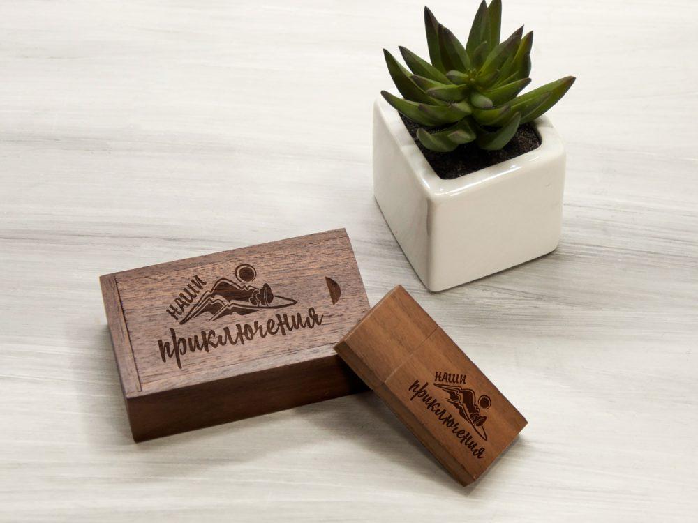 Деревянная флешка с гравировкой в коробке
