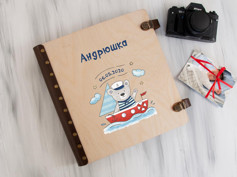 Деревянный детский альбом для фотографий с именной печатью