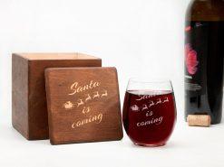 Стакан для вина в новогоднем стиле с надписью «Santa is coming»