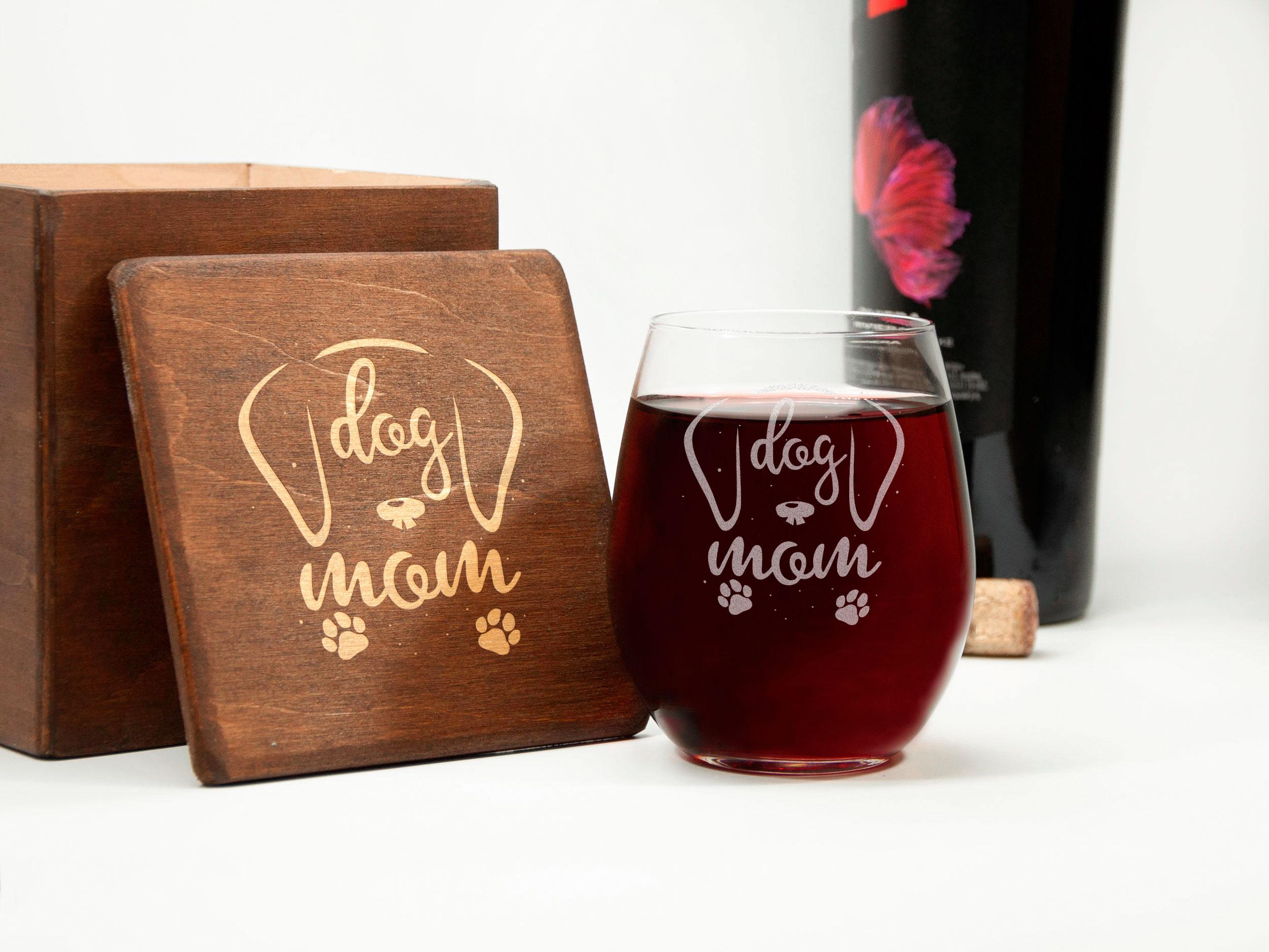 Стеклянный винный стакан с надписью «Dog mom» на подарок маме